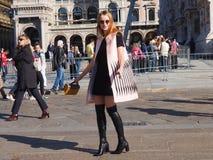 MEDIOLAN, WRZESIEŃ - 21: Modna kobieta pozuje dla fotografów przed GENNY pokazem mody, podczas Mediolańskiego moda tygodnia Zdjęcia Royalty Free