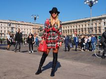 MEDIOLAN, WRZESIEŃ - 21: Modna kobieta pozuje dla fotografów przed GENNY pokazem mody, podczas Mediolańskiego moda tygodnia 2017 Fotografia Royalty Free
