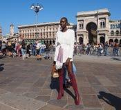 MEDIOLAN, WRZESIEŃ - 21: Modna kobieta pozuje dla fotografów przed GENNY pokazem mody, podczas Mediolańskiego moda tygodnia 2017 Fotografia Stock