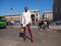 MEDIOLAN, WRZESIEŃ - 21: Modna kobieta pozuje dla fotografów przed GENNY pokazem mody, podczas Mediolańskiej moda tygodnia wiosny Fotografia Stock