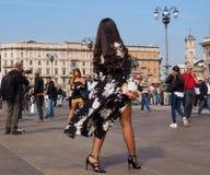 MEDIOLAN, WRZESIEŃ - 21: Modna kobieta pozuje dla fotografów przed GENNY pokazem mody, podczas Mediolańskiej moda tygodnia wiosny Zdjęcie Royalty Free