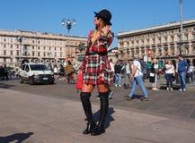 MEDIOLAN, WRZESIEŃ - 21: Modna kobieta pozuje dla fotografa przed GENNY pokazem mody, podczas Mediolańskiego moda tygodnia 2017 Obraz Stock