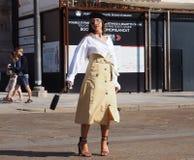 MEDIOLAN, WRZESIEŃ - 21: Modna kobieta pozuje dla GENNY pokazu mody przed, podczas Mediolańskiego moda tygodnia 2017 Zdjęcia Stock