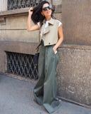 MEDIOLAN, WRZESIEŃ - 21: Modna kobieta pozuje w ulicie przed ERMANNO SCERVINO pokazem mody, podczas Mediolańskiego moda tygodnia Zdjęcia Royalty Free