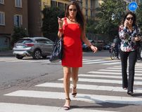 MEDIOLAN, WRZESIEŃ - 21: Modna kobieta pozuje w ulicie przed ERMANNO SCERVINO pokazem mody, podczas Mediolańskiego moda tygodnia Obrazy Royalty Free