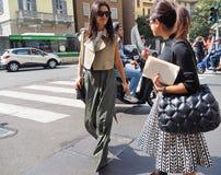 MEDIOLAN, WRZESIEŃ - 21: Modna kobieta pozuje w ulicie przed ERMANNO SCERVINO pokazem mody, podczas Mediolańskiego moda tygodnia Obraz Stock