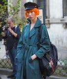 MEDIOLAN, WRZESIEŃ - 21: Modna kobieta przed VIVETTA pokazem mody, Mediolański moda tygodnia ulicy styl na Wrześniu 21, 2017 Zdjęcia Stock