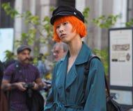 MEDIOLAN, WRZESIEŃ - 21: Modna kobieta przed VIVETTA pokazem mody, Mediolański moda tygodnia ulicy styl na Wrześniu 21, 2017 Obraz Royalty Free