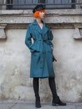 MEDIOLAN, WRZESIEŃ - 21: Modna kobieta przed VIVETTA pokazem mody, Mediolański moda tygodnia ulicy styl na Wrześniu 21, 2017 Fotografia Royalty Free