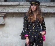 MEDIOLAN, WRZESIEŃ - 21: Modna kobieta przed VIVETTA pokazem mody, Mediolański moda tygodnia ulicy styl na Wrześniu 21, 2017 w Mi Zdjęcia Royalty Free