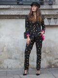 MEDIOLAN, WRZESIEŃ - 21: Modna kobieta przed VIVETTA pokazem mody, Mediolański moda tygodnia ulicy styl na Wrześniu 21, 2017 w Mi Obraz Royalty Free