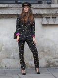 MEDIOLAN, WRZESIEŃ - 21: Modna kobieta przed VIVETTA pokazem mody, Mediolański moda tygodnia ulicy styl na Wrześniu 21, 2017 w Mi Fotografia Royalty Free