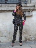 MEDIOLAN, WRZESIEŃ - 21: Modna kobieta przed VIVETTA pokazem mody, Mediolański moda tygodnia ulicy styl na Wrześniu 21, 2017 w Mi Obrazy Royalty Free