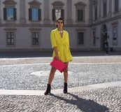 MEDIOLAN, WRZESIEŃ - 21: Modna kobieta w kolorze żółtym pozuje dla fotografów przed GENNY pokazem mody, podczas Mediolańskiego mo Fotografia Stock