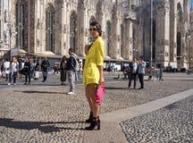 MEDIOLAN, WRZESIEŃ - 21: Modna kobieta w kolorze żółtym pozuje dla fotografów przed GENNY pokazem mody, podczas Mediolańskiego mo Obraz Stock
