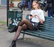 MEDIOLAN, WRZESIEŃ - 21: Węgierskich potomstw OLIVIA wzorcowa norka pozuje na ławce po AQUILANO RIMONDI pokazu mody Zdjęcie Royalty Free