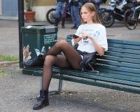 MEDIOLAN, WRZESIEŃ - 21: Węgierskich potomstw OLIVIA wzorcowa norka pozuje na ławce po AQUILANO RIMONDI pokazu mody Zdjęcia Stock