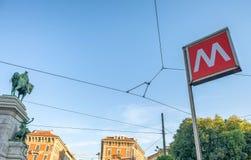 MEDIOLAN, WRZESIEŃ - 25, 2015: Metra szyldowy outside stacja Su Fotografia Stock