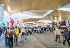 MEDIOLAN, WRZESIEŃ - 24, 2015: Niezidentyfikowani ludzie wizyty expo 2015 Zdjęcia Stock