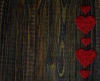 Medios amor de los corazones que pone en de madera viejo Foto de archivo