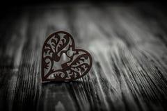 Medios amor de los corazones que pone en de madera viejo Foto de archivo libre de regalías