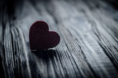 Medios amor de los corazones que pone en de madera viejo Fotografía de archivo libre de regalías
