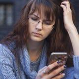 Medios apego social mujer hermosa joven que sostiene un smartpho Foto de archivo