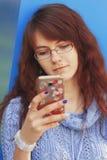 Medios apego social mujer hermosa joven que sostiene un smartpho Imagen de archivo