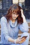 Medios apego social mujer hermosa joven que sostiene un smartpho Foto de archivo libre de regalías