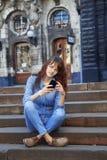 Medios apego social mujer hermosa joven que sostiene un smartpho Imágenes de archivo libres de regalías