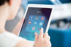 Medios apps sociales en el iPad de Apple Foto de archivo libre de regalías