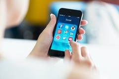 Medios apps sociales en el iPhone 5S de Apple Fotografía de archivo