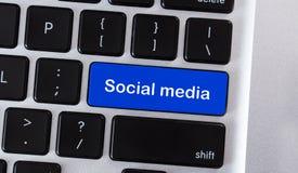 Medios botón azul social en el teclado de ordenador ilustración del vector