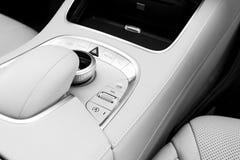 Medios botones del volumen y del control de exploración de un coche moderno Detalles del interior del coche Interior del cuero bl Imagen de archivo libre de regalías