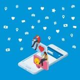 Medios concepto isométrico de comercialización social 3d 3d Smartphone La gente isométrica se sienta en el cuadro de diálogo Data Imágenes de archivo libres de regalías