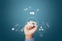 Medios concepto social en la pantalla virtual SMM comercialización Tecnología de la comunicación y de Internet imágenes de archivo libres de regalías