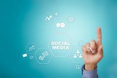 Medios concepto social en la pantalla virtual SMM comercialización Tecnología de la comunicación y de Internet fotos de archivo