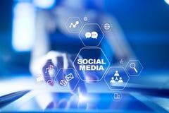 Medios concepto social en la pantalla virtual SMM comercialización Tecnología de la comunicación y de Internet Foto de archivo libre de regalías
