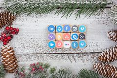 Medios cubos sociales del logotipo en la tabla de la Navidad Imagenes de archivo