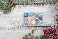 Medios cubos sociales del logotipo en la tabla de la Navidad Foto de archivo