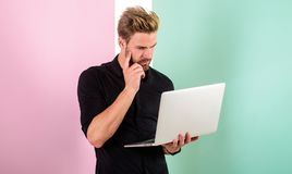 Medios experto en marketing social El hombre con el ordenador portátil trabaja como experto del smm El encargado de Smm promueve  imagenes de archivo