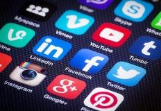 Medios iconos sociales en la pantalla del iPhone. Imagenes de archivo