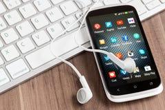 Medios iconos sociales en la pantalla elegante del teléfono Fotografía de archivo