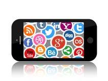 Medios iconos sociales en la pantalla elegante del teléfono