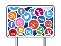 Medios iconos sociales en señal de tráfico