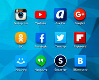 Medios iconos sociales populares en la pantalla del smartphone Imagen de archivo
