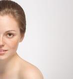 Medios jóvenes del retrato de la cara de la mujer hermosa aislados en blanco Fotos de archivo