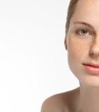 Medios jóvenes del retrato de la cara de la mujer hermosa aislados en blanco Foto de archivo libre de regalías
