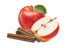 Medios palillos de canela de la manzana roja fresca aislados Imágenes de archivo libres de regalías