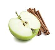 Medios palillos de canela de la manzana verde 2 aislados imagen de archivo libre de regalías